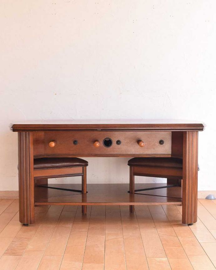 アンティークのテーブル アンティーク家具 英国で出会っためずらしい家具、アンティークの遊べちゃうコーヒーテーブル(フットボールテーブル)。後ろ姿にも自信があります。(k-1996-f)