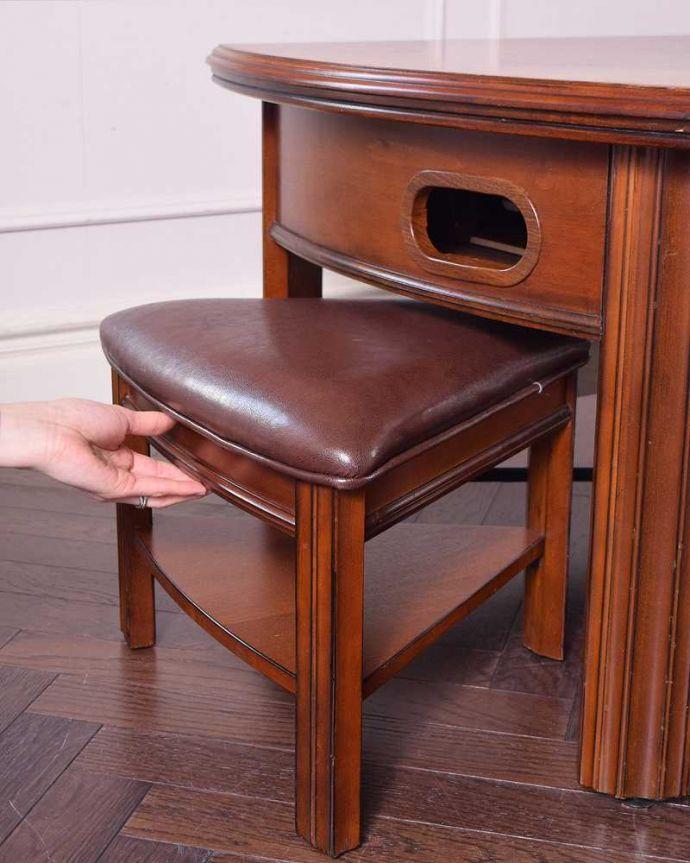 アンティークのテーブル アンティーク家具 英国で出会っためずらしい家具、アンティークの遊べちゃうコーヒーテーブル(フットボールテーブル)。テーブルの下に収納できます2人分のチェアがテーブルの下にキレイに収まるのでとっても便利。(k-1996-f)