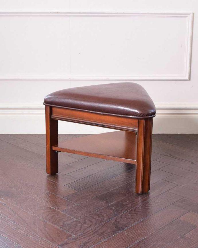 アンティークのテーブル アンティーク家具 英国で出会っためずらしい家具、アンティークの遊べちゃうコーヒーテーブル(フットボールテーブル)。チェアが2脚セットになってます三角の座面の可愛いチェアも2脚セットでお届けします。(k-1996-f)
