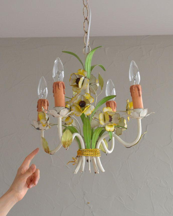 シャンデリア 照明・ライティング 花束みたいに可愛いアンティーク シャンデリア(4灯)(E17シャンデリア球付)。アイアンの曲線が描くシャンデリアの美しさお花のモチーフがめずらしいシャンデリア。(k-2010-z)