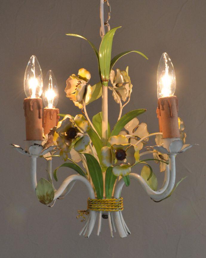 シャンデリア 照明・ライティング 花束みたいに可愛いアンティーク シャンデリア(4灯)(E17シャンデリア球付)。夜が来るのが楽しみになる灯りシャンデリアがあるだけでなんだか暗くなる時間が楽しみになっちゃうんです。(k-2010-z)