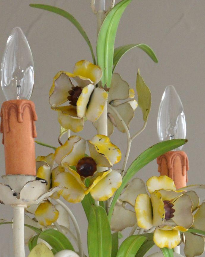 シャンデリア 照明・ライティング 花束みたいに可愛いアンティーク シャンデリア(4灯)(E17シャンデリア球付)。アンティークらしいデザイン花束をモチーフにた華やかなデザインはアンティークらしいなと感じてしまいます。(k-2010-z)