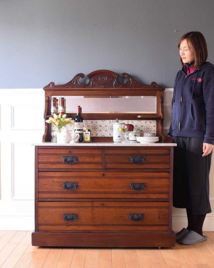 サイドボード アンティーク家具 優しいお花の模様のタイルにミラー付きのアンティーク家具のチェストタイプのウォッシュスタンド。アンティークでしか手に入らない贅沢なチェスト水道が発達していない時代に洗面台代わりに使われてたチェストタイプのウォッシュスタンド。(k-2022-f)