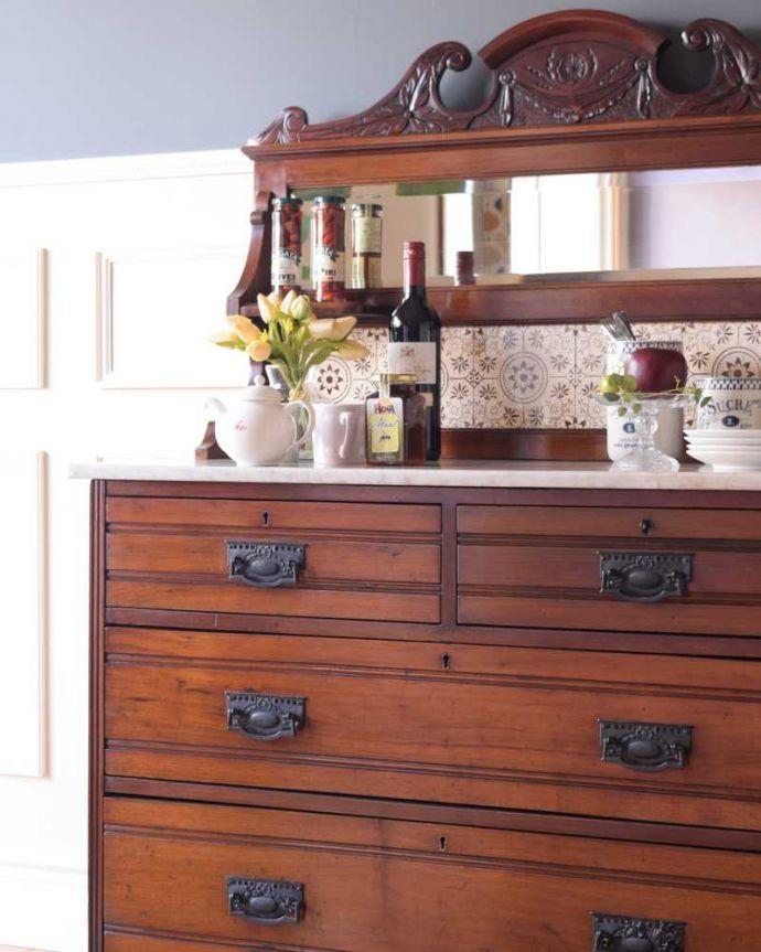 サイドボード アンティーク家具 優しいお花の模様のタイルにミラー付きのアンティーク家具のチェストタイプのウォッシュスタンド。タイルと天然大理石の贅沢コラボ洗面器を置いて顔を洗って、引き出しからタオルを・・・そんな風に使われていた家具の天板には、水がこぼれてもいいように天板は天然大理石、立ち上がりはタイルが貼られています。(k-2022-f)