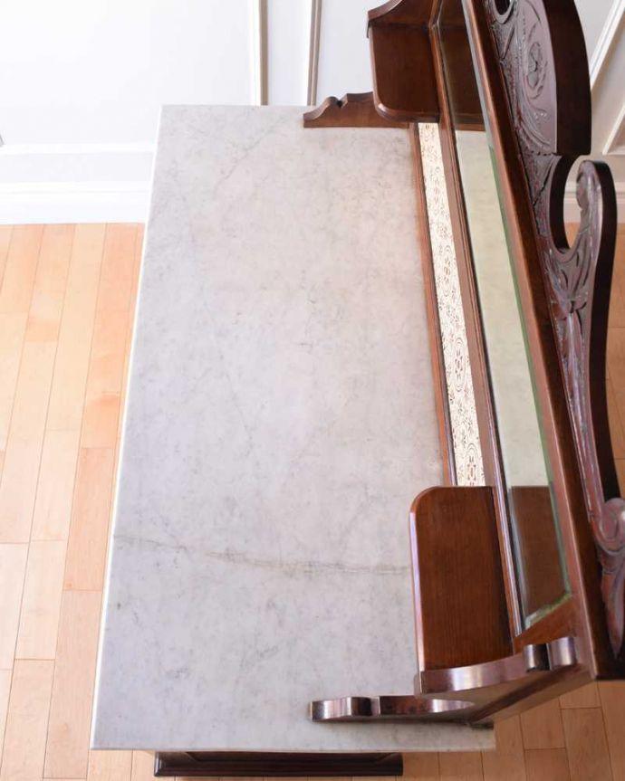サイドボード アンティーク家具 優しいお花の模様のタイルにミラー付きのアンティーク家具のチェストタイプのウォッシュスタンド。天然の大理石が使われた贅沢な天板やっぱり天然の大理石はいつの時代も女性の憧れ。(k-2022-f)