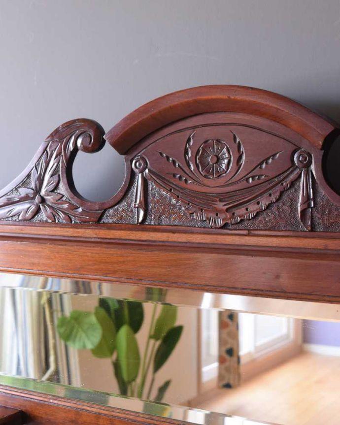 サイドボード アンティーク家具 優しいお花の模様のタイルにミラー付きのアンティーク家具のチェストタイプのウォッシュスタンド。惚れ惚れするような美しさとっても堅い無垢材に一体どうやって彫ったんだろう?アンティークらしい細かい彫りを眺めているだけでうっとりです。(k-2022-f)
