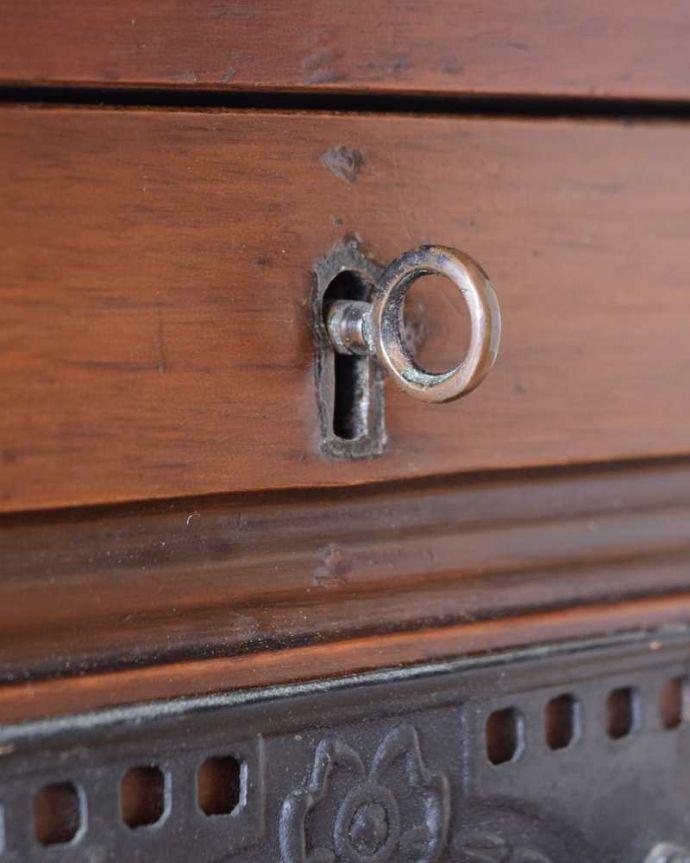 サイドボード アンティーク家具 優しいお花の模様のタイルにミラー付きのアンティーク家具のチェストタイプのウォッシュスタンド。鍵を使って開けてみましょうアンティークの鍵が付いています。(k-2022-f)