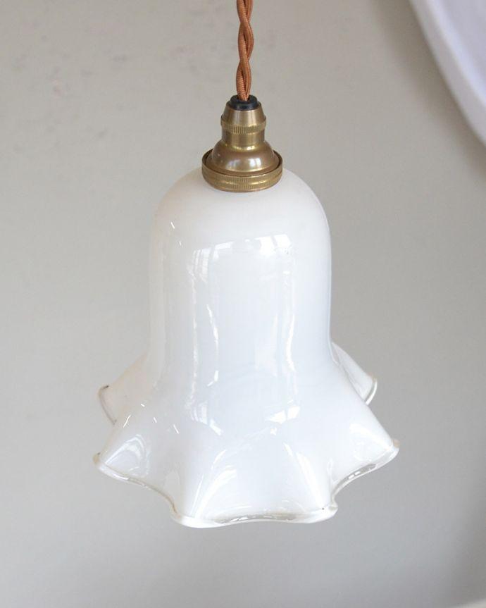 ペンダントライト 照明・ライティング ミルクガラスのキレイなアンティークペンダントライト(コード・シャンデリア球・ギャラリーなし))。取り付け金具は日本仕様シェードはアンティークですが、取り付け金具は日本仕様の新しいものです。(k-2030-z)