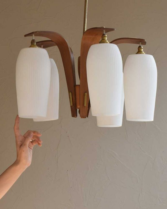 シャンデリア 照明・ライティング 木製×ガラスシェード付きのアンティークシャンデリア(5灯)(E17シャンデリア電球付)(E17シャンデリア球付)。どっしりとした重厚感が魅力的な木製シャンデリアシャンデリアと言うとキラキラしたイメージですが、木製のシャンデリアはシンプルなものが多いので、気を使わずいろんな場所で使えるんです。(k-2080-z)