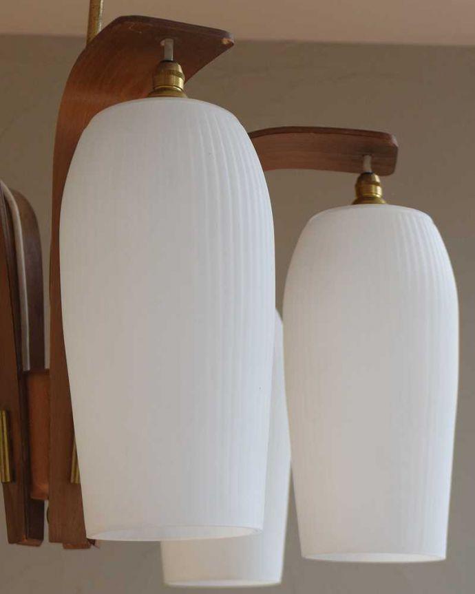シャンデリア 照明・ライティング 木製×ガラスシェード付きのアンティークシャンデリア(5灯)(E17シャンデリア電球付)(E17シャンデリア球付)。しっかり選んできましたアンティークなので、写真に映らない欠けやキズがありますが、キレイなものを選んできました。(k-2080-z)