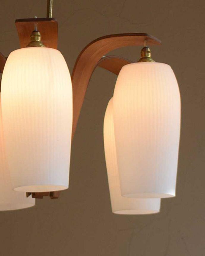シャンデリア 照明・ライティング 木製×ガラスシェード付きのアンティークシャンデリア(5灯)(E17シャンデリア電球付)(E17シャンデリア球付)。夜が来るのが楽しみになる灯りシャンデリアがあるだけでなんだか暗くなる時間が楽しみになっちゃうんです。(k-2080-z)