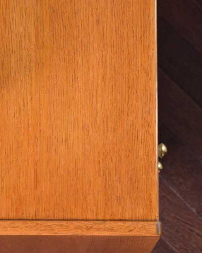 G-PLAN(Gプラン) アンティーク家具 英国ヴィンテージ家具、G-PLANのお洒落なドレッシングチェスト(サニーオーク&チャイニーズホワイト)。天板の塗装もキレイに仕上げましたヴィンテージの家具は新品ではないのでキズや汚れはありますが、デスクとしても使えるように天板もしっかりキレイに修復しました。(k-2131-f)