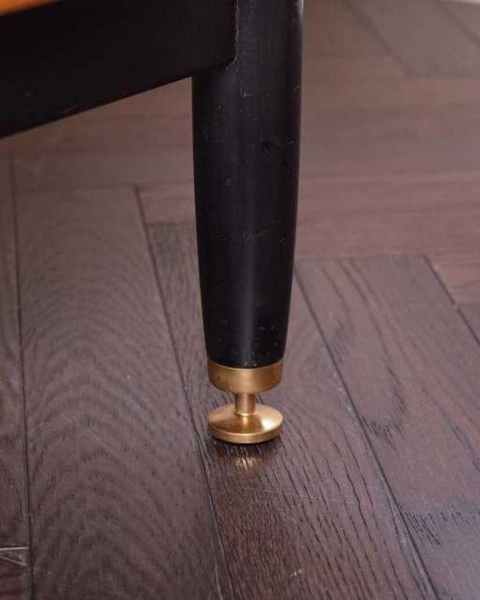 G-PLAN(Gプラン) アンティーク家具 英国ヴィンテージ家具、G-PLANのお洒落なドレッシングチェスト(サニーオーク&チャイニーズホワイト)。 女性1人でラクラク運べちゃう仕掛けHandleのアンティークは、脚の裏にフェルトキーパーをお付けしています。(k-2131-f)