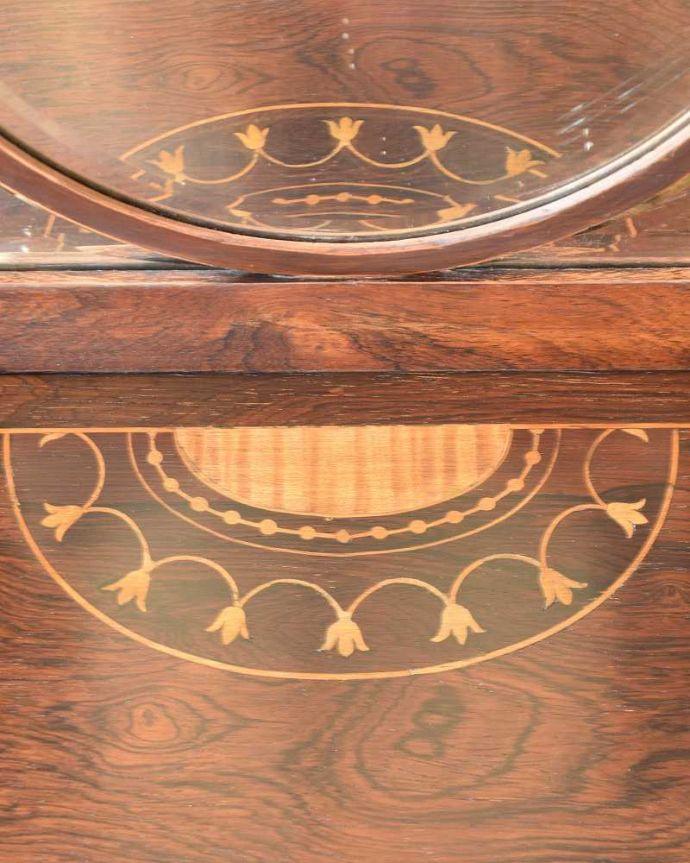 アンティークのキャビネット アンティーク家具 コーナーに置けるドレシングキャビネット、お部屋の角に置くだけで絵になる英国輸入家具。華やかな象嵌の模様木を組み合わせることで作る象嵌で描かれた模様。(k-2175-f)