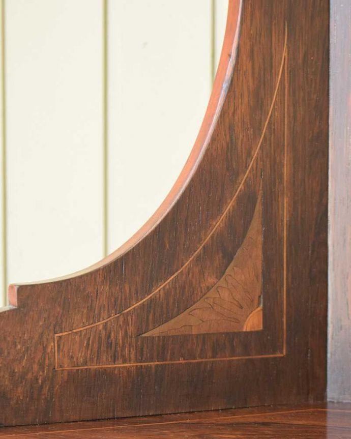 アンティークのキャビネット アンティーク家具 コーナーに置けるドレシングキャビネット、お部屋の角に置くだけで絵になる英国輸入家具。英国アンティークが持つ素材の華やかさ木目の美しさが際立つ英国アンティークらしいドレッシングミラー。(k-2175-f)