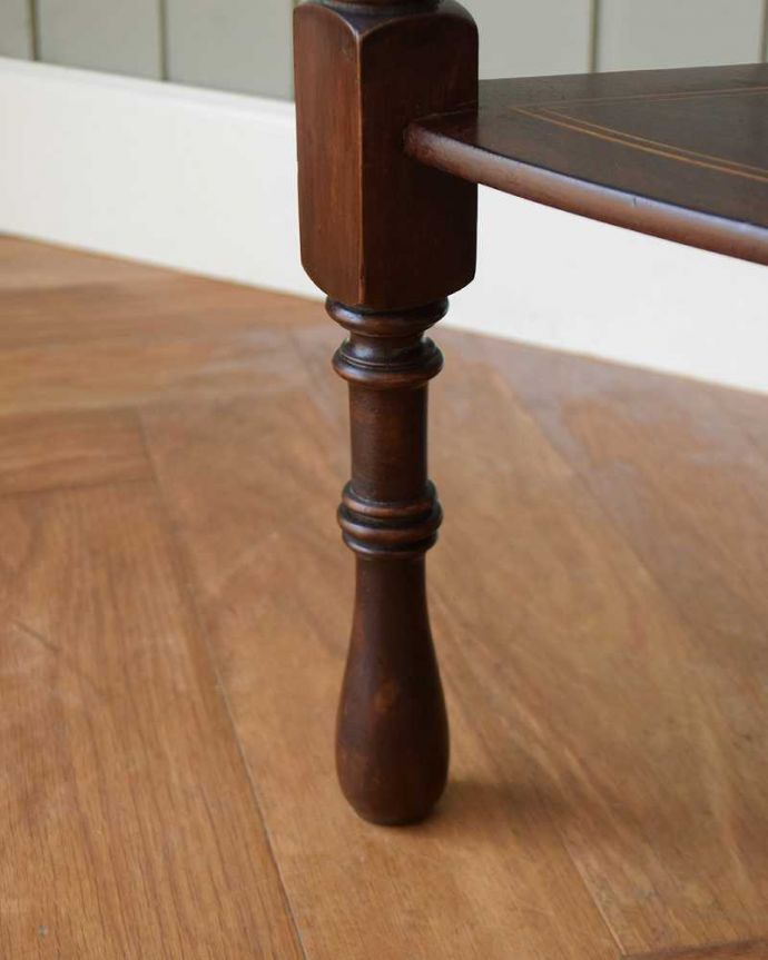 アンティークのキャビネット アンティーク家具 コーナーに置けるドレシングキャビネット、お部屋の角に置くだけで絵になる英国輸入家具。女性1人でラクラク運べちゃうんですHandleのアンティークは、脚の裏にフェルトキーパーをお付けしています。(k-2175-f)