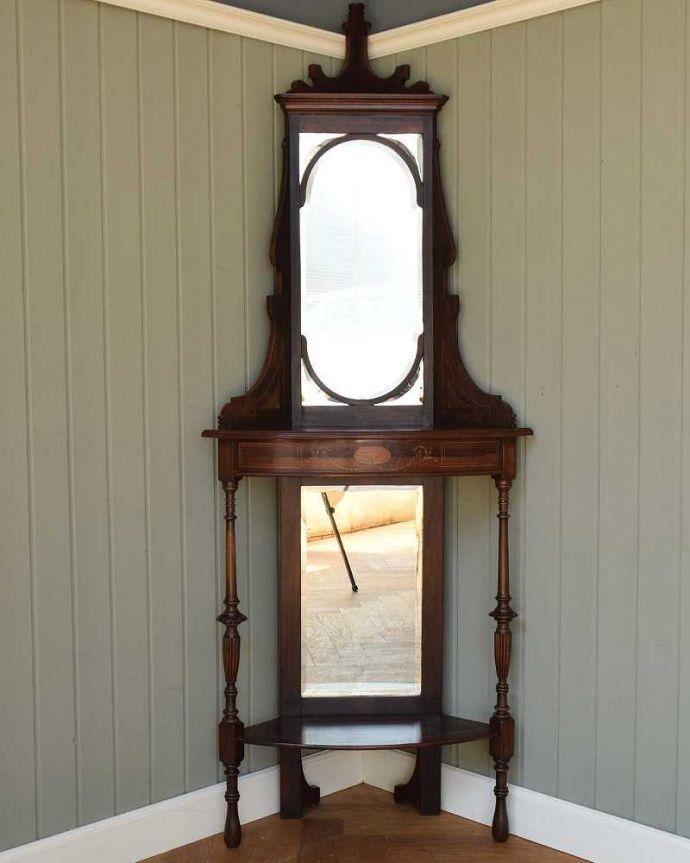 アンティークのキャビネット アンティーク家具 コーナーに置けるドレシングキャビネット、お部屋の角に置くだけで絵になる英国輸入家具。コンディションのいい大きなアンティークの鏡厚みのあるアンティークのミラーは縁のカッティングも美しいんです。(k-2175-f)