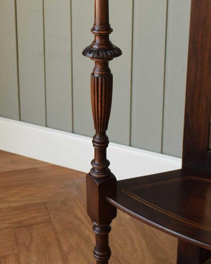 アンティークのキャビネット アンティーク家具 コーナーに置けるドレシングキャビネット、お部屋の角に置くだけで絵になる英国輸入家具。至る所に繊細な彫いろんな彫のデザインがありますが、個人的に美しいと思える女性らしく優雅なデザインを選んできました。(k-2175-f)
