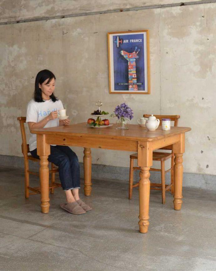 アンティークのテーブル アンティーク家具 イギリスで見つけたアンティークダイニングテーブル、ぬくもりある雰囲気の家具。ほっこりとした表情に癒されますオールドパイン材のテーブルは、独特の木目が特長。(k-2213-f)