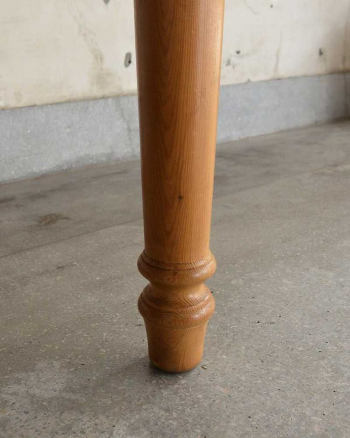 アンティークのテーブル アンティーク家具 イギリスで見つけたアンティークダイニングテーブル、ぬくもりある雰囲気の家具。持ち上げなくても移動できます!Handleのアンティークは、脚の裏にフェルトキーパーをお付けしていますので、床を滑らせて簡単に移動が出来ます。(k-2213-f)