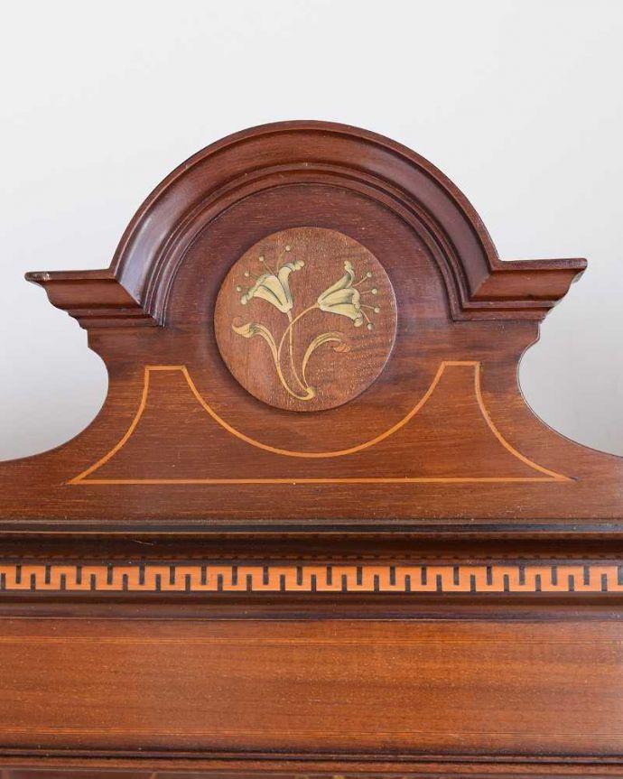 アンティーク家具 繊細な象嵌の装飾が美しい、アンティークパーラーキャビネット。トップには美しい象嵌象嵌とは模様に沿って異なる木材を埋め込んで絵を描いたものなんです。(k-2277-f)