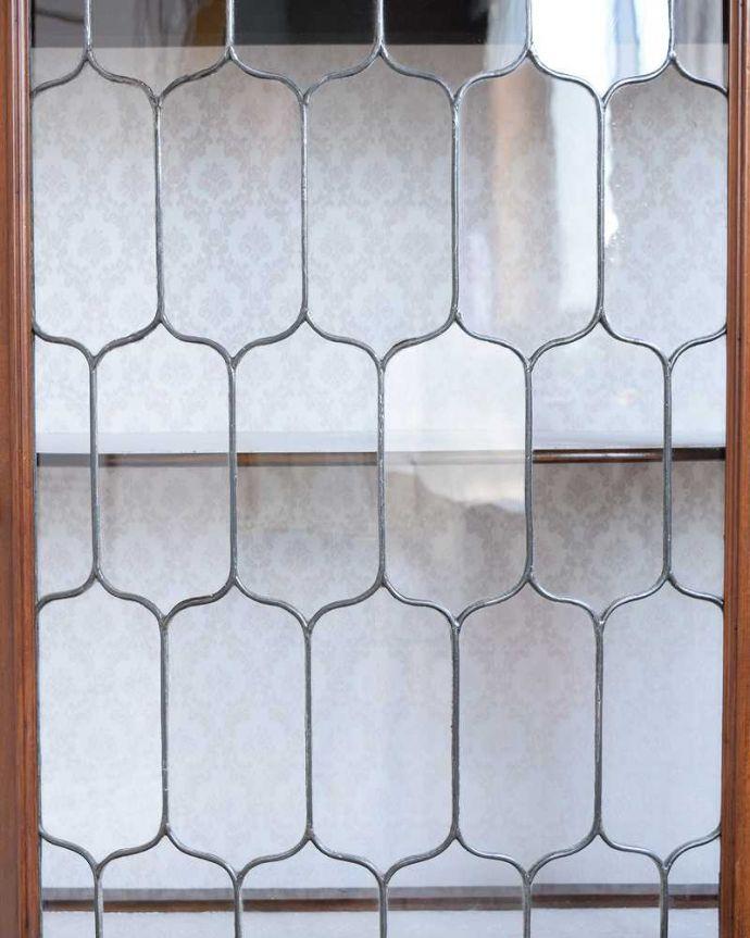 アンティーク家具 繊細な象嵌の装飾が美しい、アンティークパーラーキャビネット。ステンドグラスで作られた美しい扉現代のように機械が発達していない時代に作られたステンドグラス。(k-2277-f)