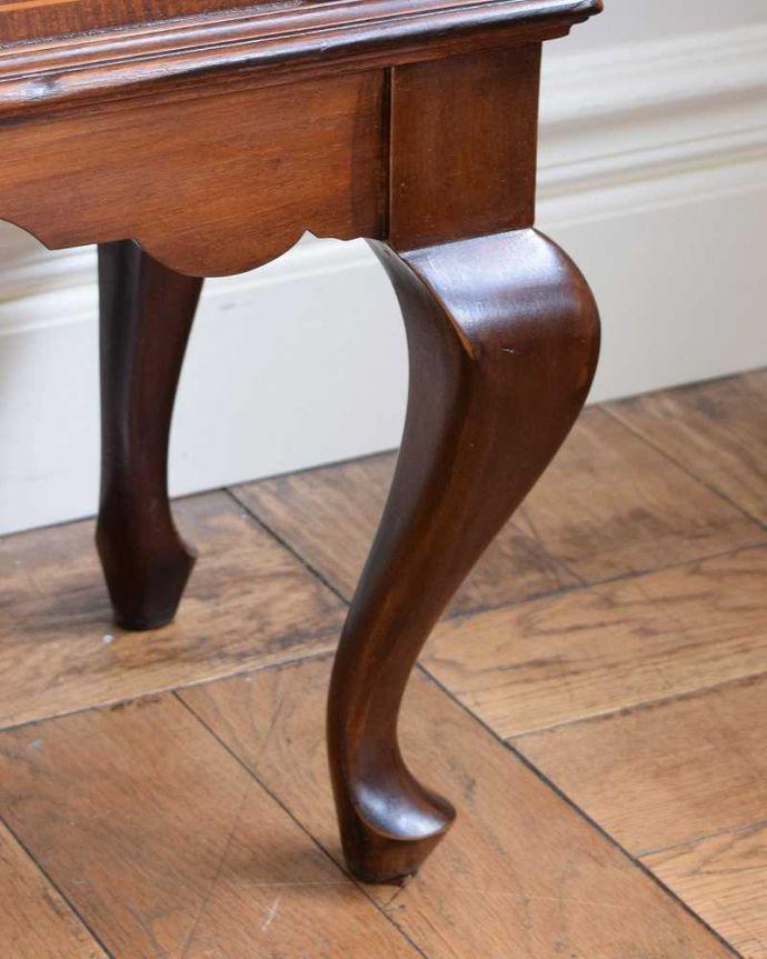 アンティーク家具 繊細な象嵌の装飾が美しい、アンティークパーラーキャビネット。自分で移動できますHandleのアンティーク家具の脚の裏にはフェルトをお付けしていますので、床を滑らせれば女性でも移動できます。(k-2277-f)