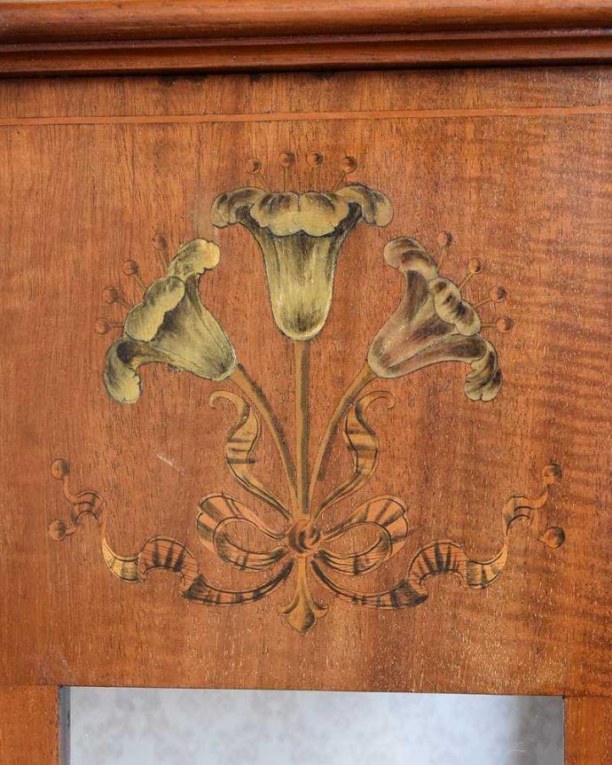 アンティーク家具 繊細な象嵌の装飾が美しい、アンティークパーラーキャビネット。ここにも象嵌芸術作品のようなデザインに思わずうっとりしてしまいます。(k-2277-f)