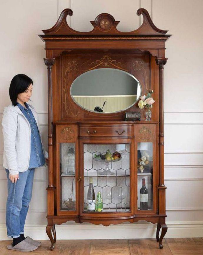 アンティーク家具 繊細な象嵌の装飾が美しい、アンティークパーラーキャビネット。見た人みんなを魅了するパーラーキャビネットこれこそアンティーク家具の極みとも言えるパーラーは、目で見て楽しむための家具。(k-2277-f)