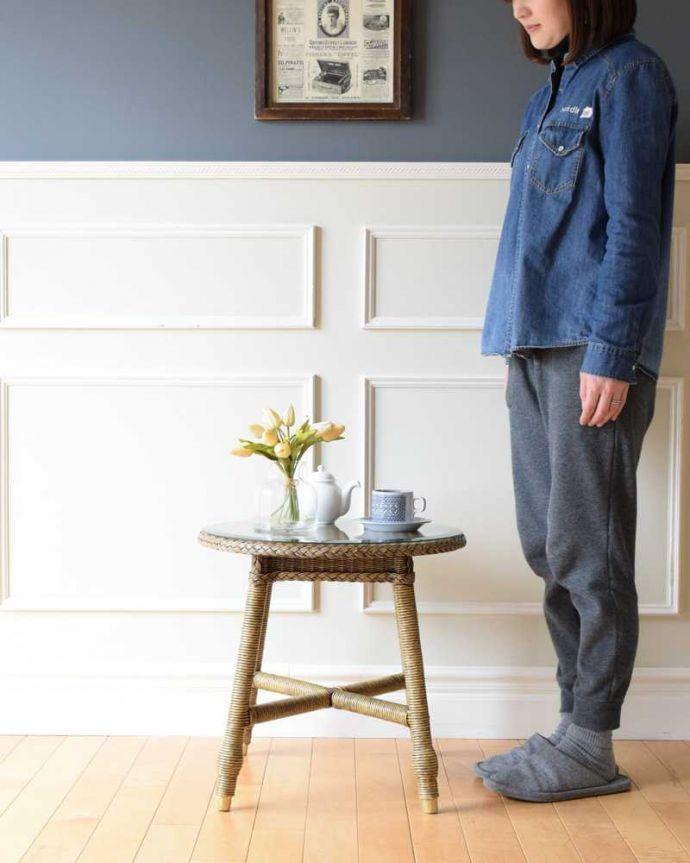 ロイドルーム アンティーク家具 優雅なティータイムに、ガラス天板付きのアンティークロイドルームテーブル。どこでも使える便利なロイドルームのテーブルどんな場所にも気軽に運べていろんな用途で使えるロイドルームのテーブルは、ワイヤーに紙を巻きつけて作られた画期的な家具です。(k-2292-f)
