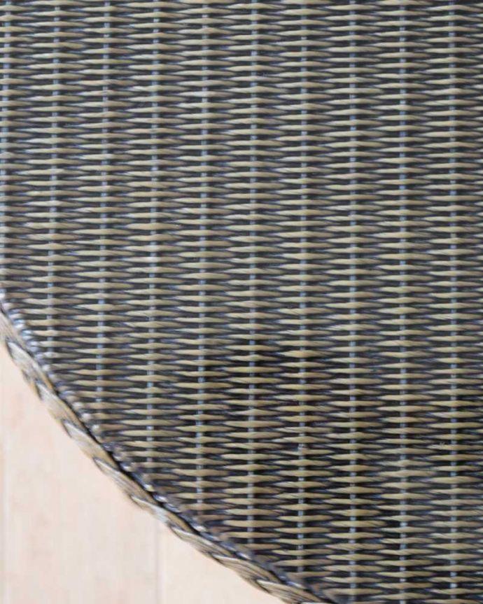 ロイドルーム アンティーク家具 優雅なティータイムに、ガラス天板付きのアンティークロイドルームテーブル。天板を近づいてみると…ガラスが乗っているので、使い勝手もバッチリです。(k-2292-f)