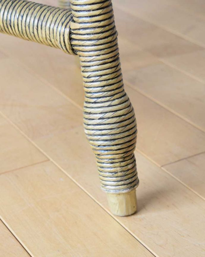 ロイドルーム アンティーク家具 優雅なティータイムに、ガラス天板付きのアンティークロイドルームテーブル。持ち上げなくても移動できます!Handleのアンティークは、脚の裏にフェルトキーパーをお付けしていますので、床を滑らせてれば移動が簡単です。(k-2292-f)