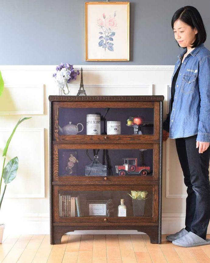 アンティーク家具 小さくて置きやすいフラップ扉のブックケース、英国輸入のアンティークキャビネット 。お気に入りの本や雑貨や本を並べてみましょ。(k-2324-f)