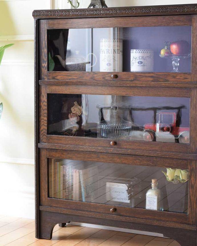 アンティーク家具 小さくて置きやすいフラップ扉のブックケース、英国輸入のアンティークキャビネット 。ガラス越しに中をのぞいてみると・・・アンティークのガラスを通して中に入っているものを見ると、なんだかちょっと高級に見えるんです。(k-2324-f)