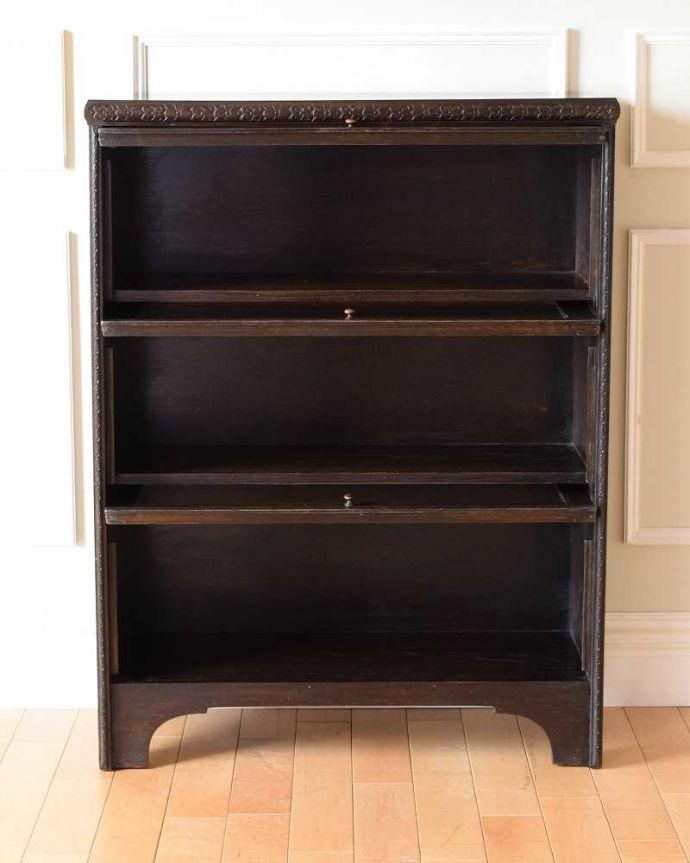 アンティーク家具 小さくて置きやすいフラップ扉のブックケース、英国輸入のアンティークキャビネット 。便利に使えるフラップ式の扉開けたままにしておいてもジャマにならないフラップ式の扉。(k-2324-f)