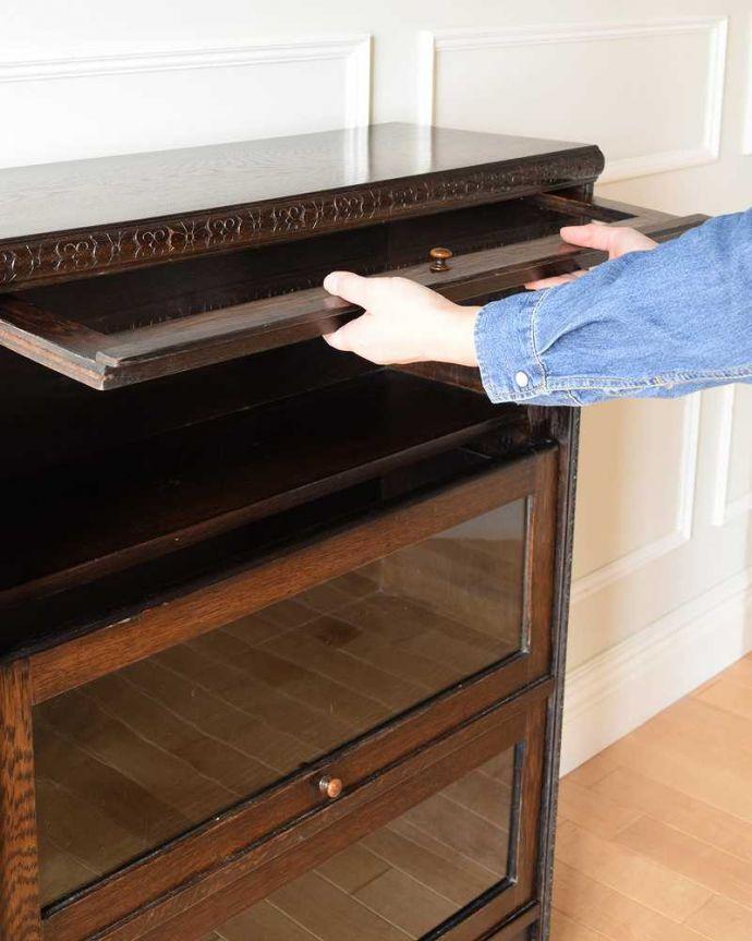 アンティーク家具 小さくて置きやすいフラップ扉のブックケース、英国輸入のアンティークキャビネット 。ちょっとオシャレな扉フラップ式の扉なので、上に持ち上げてスライドさせれば中に収納出来ます。(k-2324-f)