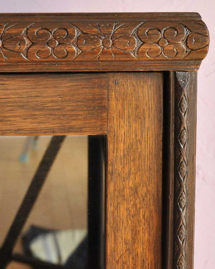 アンティーク家具 小さくて置きやすいフラップ扉のブックケース、英国輸入のアンティークキャビネット 。惚れ惚れしちゃう美しさこんなに堅い無垢材に一体どうやって彫ったんだろう?と不思議になるくらい細かい彫にうっとりです。(k-2324-f)