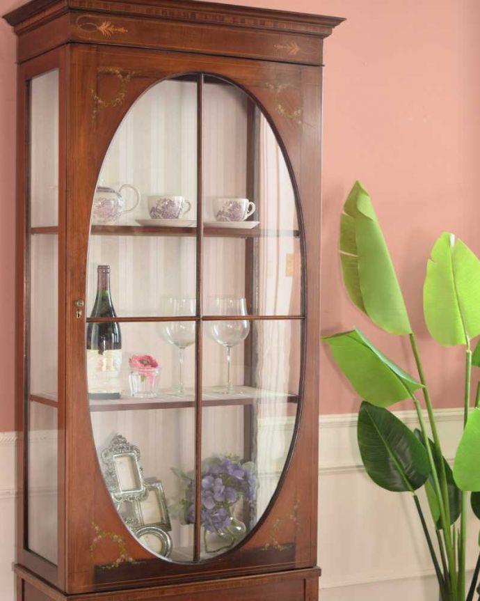 アンティークのキャビネット アンティーク家具 小さなバラが描かれた美しい英国のアンティーク キャビネット。扉に描かれた模様の美しさアンティークのガラスを通して中に入っているものを見ると、なんだかちょっと高級に見えるんです。(k-2373-f)