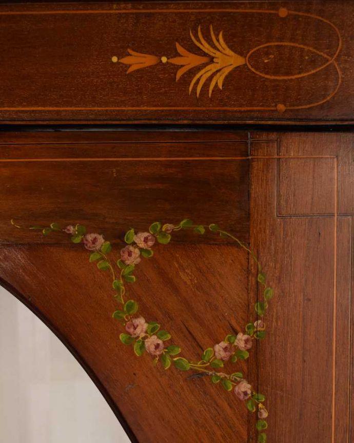 アンティークのキャビネット アンティーク家具 小さなバラが描かれた美しい英国のアンティーク キャビネット。職人技が光っています。(k-2373-f)