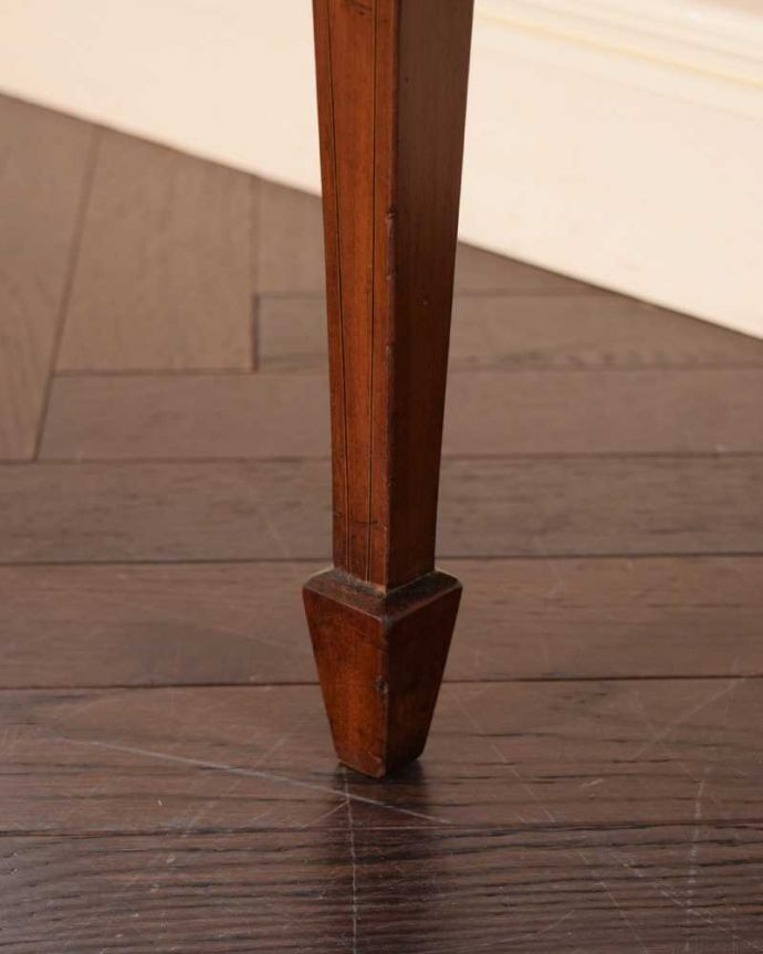 アンティークのキャビネット アンティーク家具 小さなバラが描かれた美しい英国のアンティーク キャビネット。女性1人でラクラク運べちゃうんですHandleのアンティークは、脚の裏にフェルトキーパーをお付けしています。(k-2373-f)