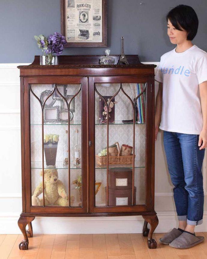 アンティークのキャビネット アンティーク家具 正統派の英国アンティークキャビネット、ゴシックデザインの定番ガラスキャビネット 。おススメNo.1のアンティーク家具もともとチャイナキャビネットとして陶器を見せながら収納するために造られたガラスの扉のキャビネット。(k-2396-f)