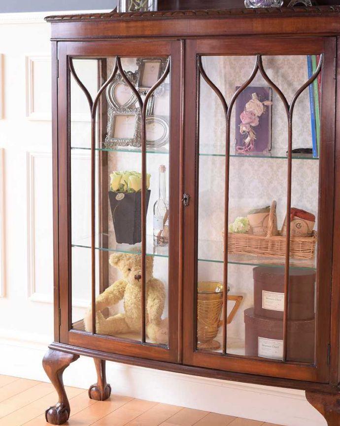 アンティークのキャビネット アンティーク家具 正統派の英国アンティークキャビネット、ゴシックデザインの定番ガラスキャビネット 。ガラス越しに見るお気に入りの美しさ…光をたっぷり取り入れてくれるガラス扉と棚板。(k-2396-f)