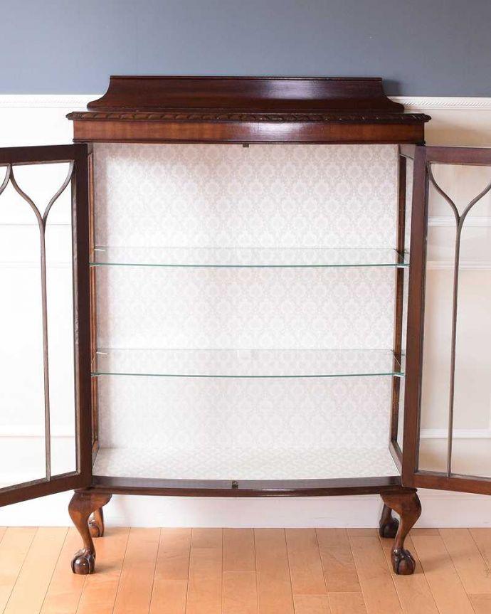 アンティークのキャビネット アンティーク家具 正統派の英国アンティークキャビネット、ゴシックデザインの定番ガラスキャビネット 。扉を開けて中を見てみましょう職人がキレイに修復して、背板も新しい生地に張替えました。(k-2396-f)