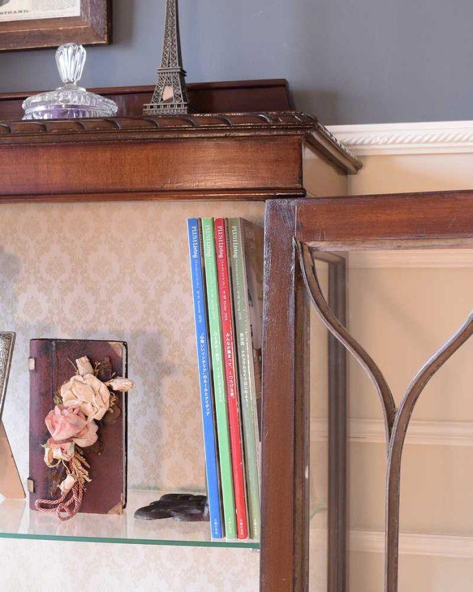 アンティークのキャビネット アンティーク家具 正統派の英国アンティークキャビネット、ゴシックデザインの定番ガラスキャビネット 。扉の中は収納たっぷりA4サイズの雑誌までしっかり収納出来ちゃう大きさ。(k-2396-f)