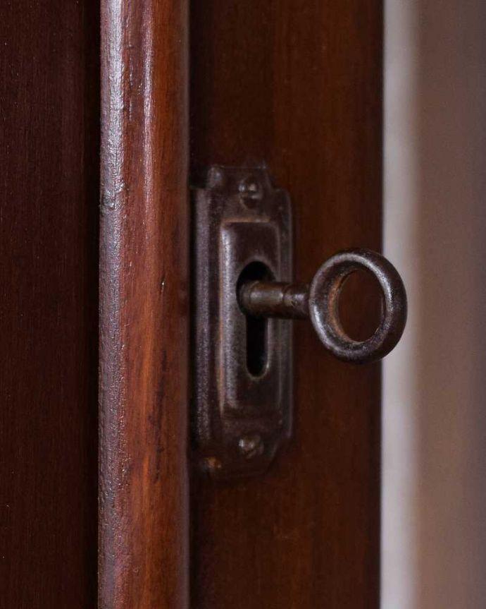 アンティークのキャビネット アンティーク家具 正統派の英国アンティークキャビネット、ゴシックデザインの定番ガラスキャビネット 。アンティークらしい取っ手アンティークらしくカギが取っ手の代わり。(k-2396-f)