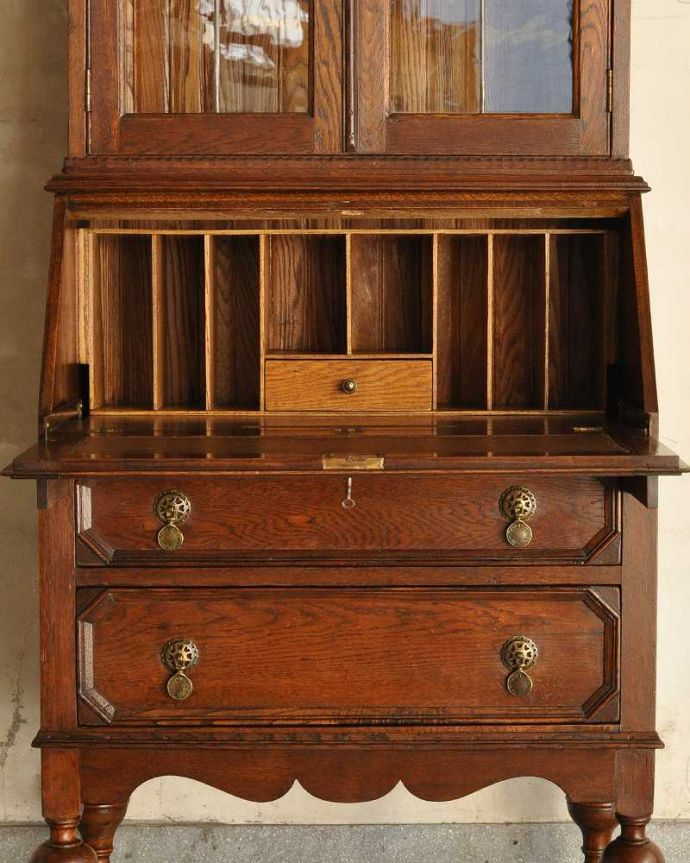 アンティーク家具 英国輸入のアンティーク家具、本棚もデスクも付いたアンティークのビューローブックケース。お片付け上手のヒミツ扉の中身はこんなに細かく仕切られています。(k-2421-f)