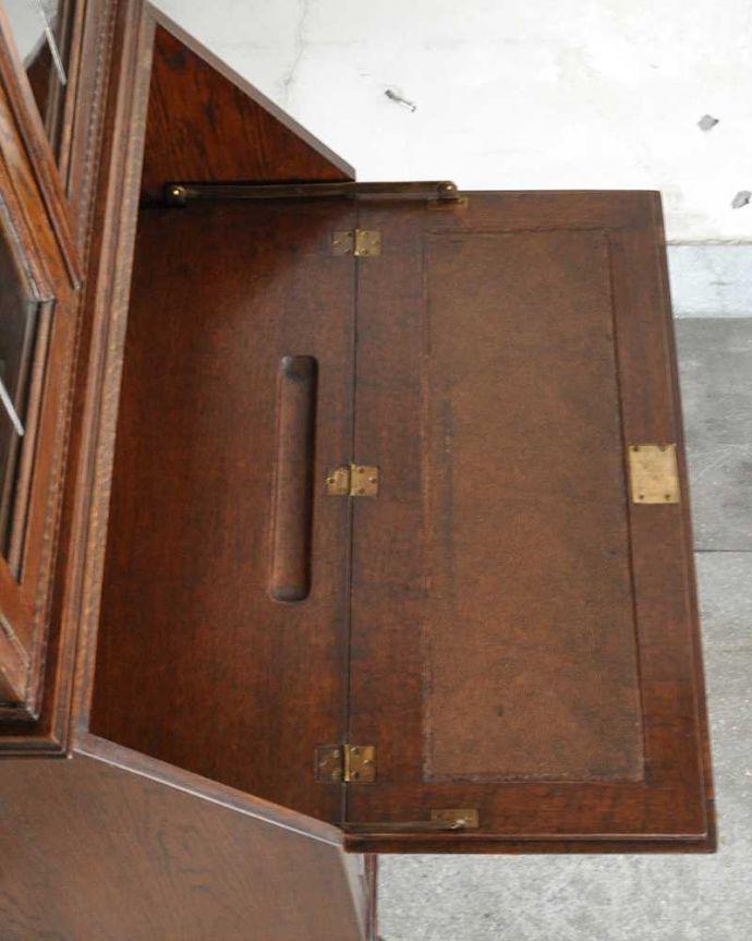 アンティーク家具 英国輸入のアンティーク家具、本棚もデスクも付いたアンティークのビューローブックケース。デスクの天板を上から見ると・・・やっぱりデスクは天板部分が気になるから、専門の職人が古い塗装を剥離してピッカピカに修復しました。(k-2421-f)