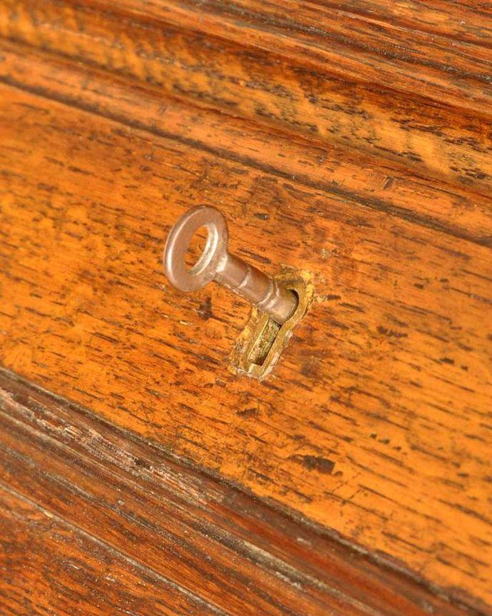 アンティーク家具 英国輸入のアンティーク家具、本棚もデスクも付いたアンティークのビューローブックケース。鍵を使って開けて下さいおとぎ話から出てきたような可愛いアンティークの鍵で開け閉め出来ます。(k-2421-f)