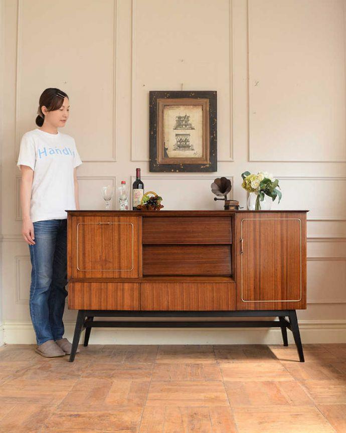 アンティークのキャビネット アンティーク家具 ブラックの脚がカッコイイ、北欧テイストのヴィンテージサイドボード。人気のヒミツは北欧スタイルのデザインやっぱりスッキリとカッコイイ北欧デザインが人気のサイドボード。(k-2437-f)