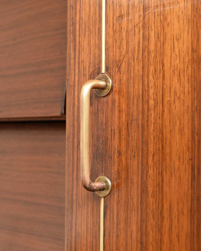 アンティークのキャビネット アンティーク家具 ブラックの脚がカッコイイ、北欧テイストのヴィンテージサイドボード。扉の木目があたたかさを演出クールなデザインなのに、なんだかほっとするあたたかさ。(k-2437-f)